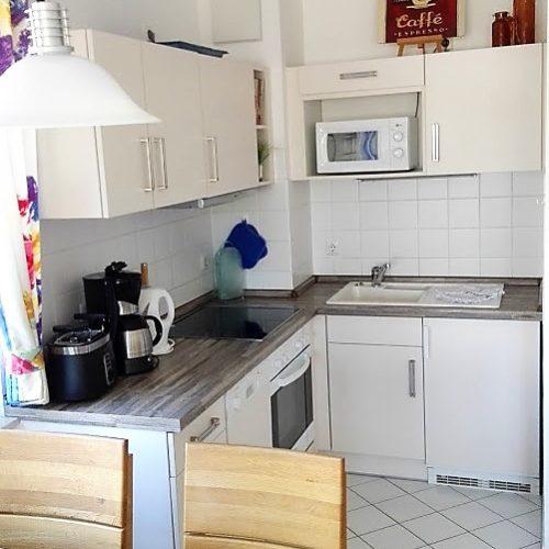 Gut eingerichtete Küche der Ferienwohnung auf Usedom